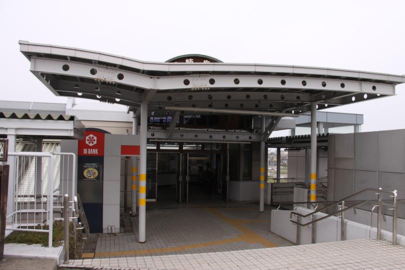 駅出入口 駅出入口:東海道本線を跨ぐ陸橋に面しています 改札口 券売機  西岐阜駅